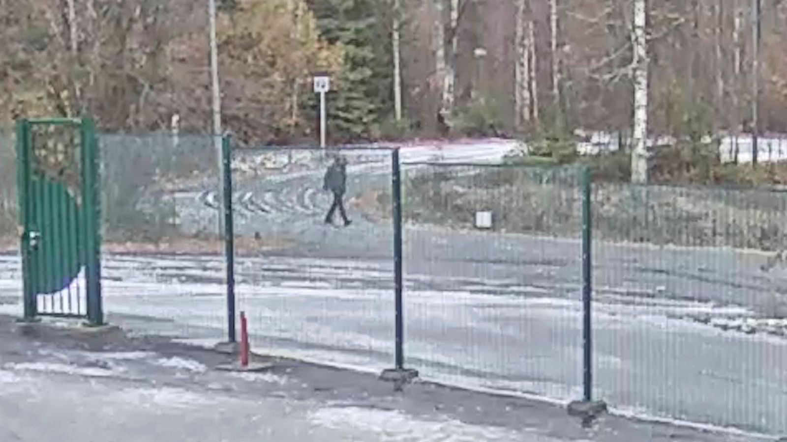 Torsdag friga politiet to vidoer fra et overvåkningskamera på Futurum-bygget i Lørenskog – der Tom Hagen har kontorer. Filmen viser personer utenfor bygget tidlig samme morgen som Anne-Elisabeth F. Hagen forsvant.