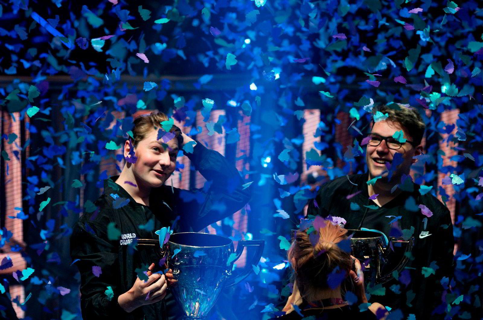 Norske Emil «Nyhrox» Bergquist Pedersen (til venstre) og Thomas «Aqua» Arnould etter at de vant gull i VM i Fortnite, i New York lørdag 27. juli.