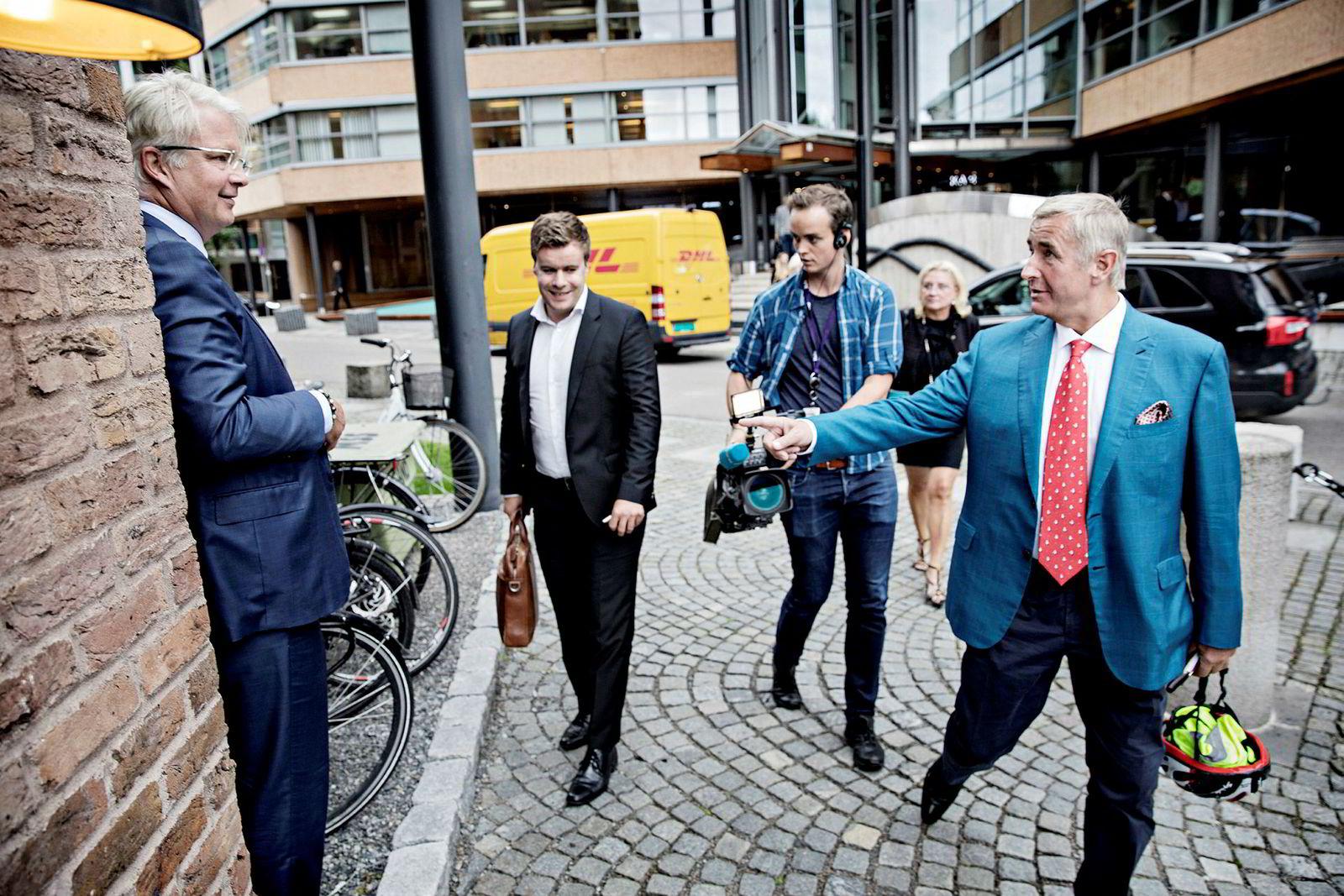 – Bruk hjelm din dust, utbryter Christen Sveaas som fersk styreleder i Norske Skog til avgått styreleder Henrik A. Christensen som er i ferd med å sette seg på sykkelen etter endt ekstraordinær generalforsamling.