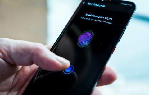 Den innebygde fingerskanneren frigjør plass på forsiden av telefonen og er lett å bruke.