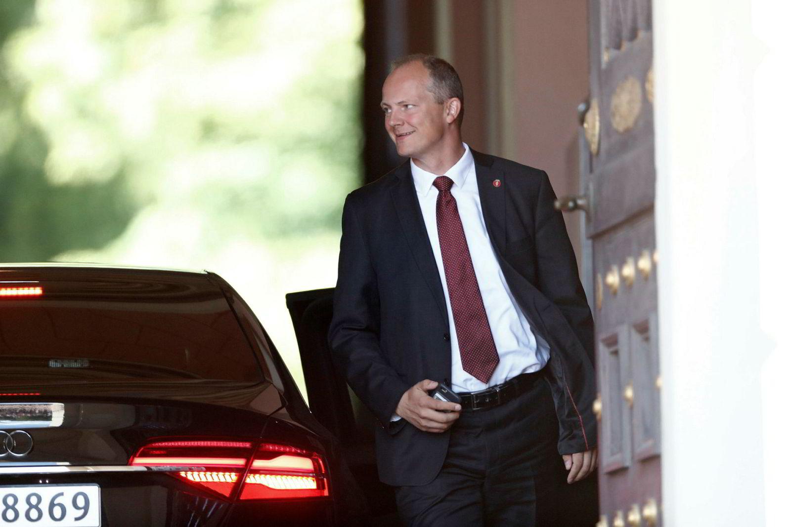 Samferdselsminister Ketil Solvik-Olsen ankommer ekstraordinært statsråd på Slottet mandag. Han tok med seg jobb-telefonen til Russland.