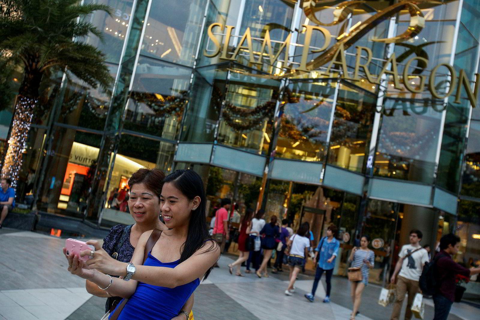 Kjøpesenteret Siam Paragon har vært en suksess og har flere år vært det mest populære stedet i verden å ta selfies. Rekordmange turister besøker Bangkok og legger igjen store beløp i den thailandske økonomien, blant annet i kjøpesentrene.