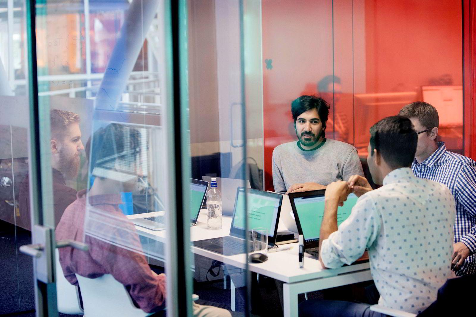 Gründer og eier Arash Saidi,Petter Hohle (til venstre), Mathias Ose og Gunnar Fornes får innspill fra Nishant Shukla, som er hentet inn fra USA.