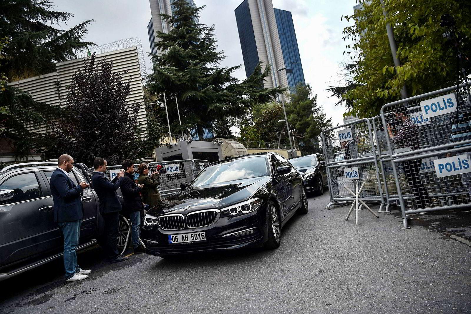 En bil med diplomatskilter kjører ut fra det strengt bevoktede saudiske konsulatet i Istanbul. Det er her Tyrkia hevder journalisten Jamal Khashoggi ble drept.