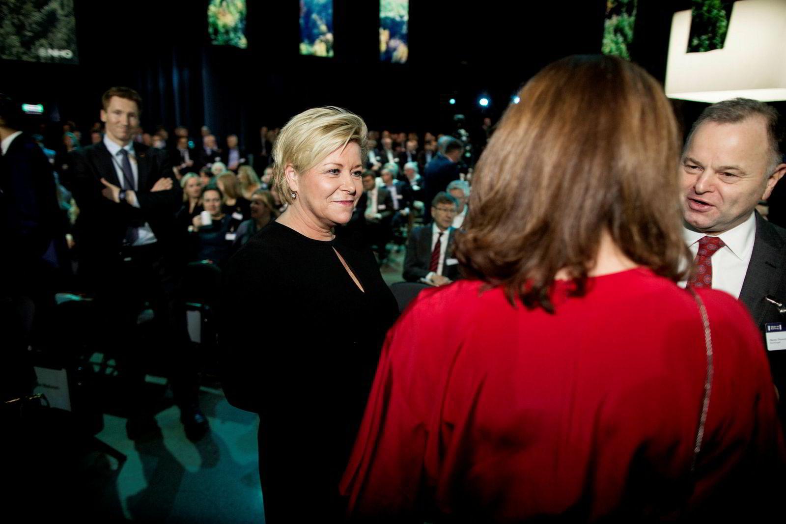 Finansminister Siv Jensen (til venstre) i samtale med NHOs Kristin Skogen Lund og stortingspresident Olemic Thommessen på NHOs årskonferanse.