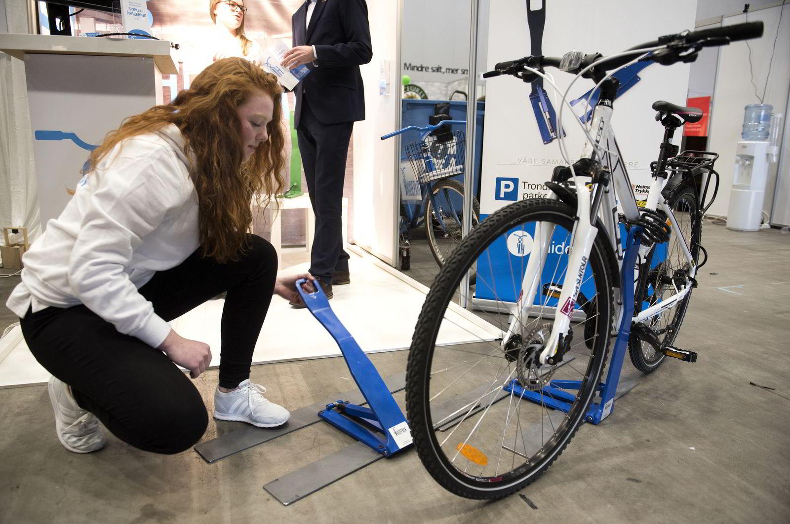 Ungdomsbedriften Hidepark har laget sammenleggbart sykkelstativ. Emilie Hangerhagen demonstrerer hvordan den fungerer. Bedriften ble kåret til beste ungdomsbedrift under NM i Ungt Entreprenørskap 2016.