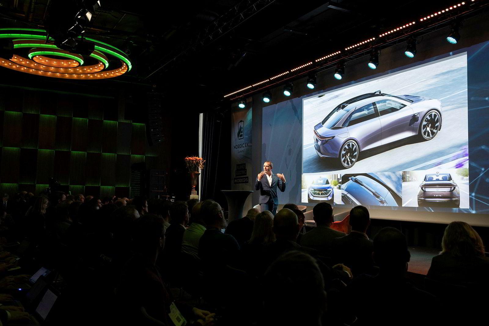 Henrik Wenders holdt innlegg under EV Summit i Oslo denne uken. På skjermen ser vi neste modell ut, sedanen K-Byte.