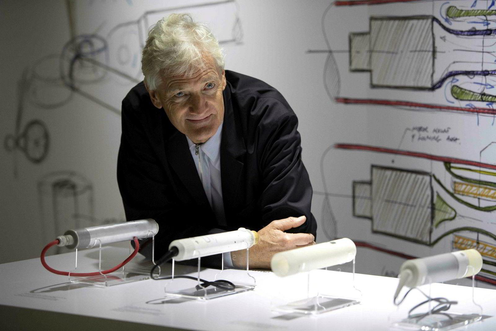 James Dyson poserer med enkelte av sine elektriske produkter (2018).