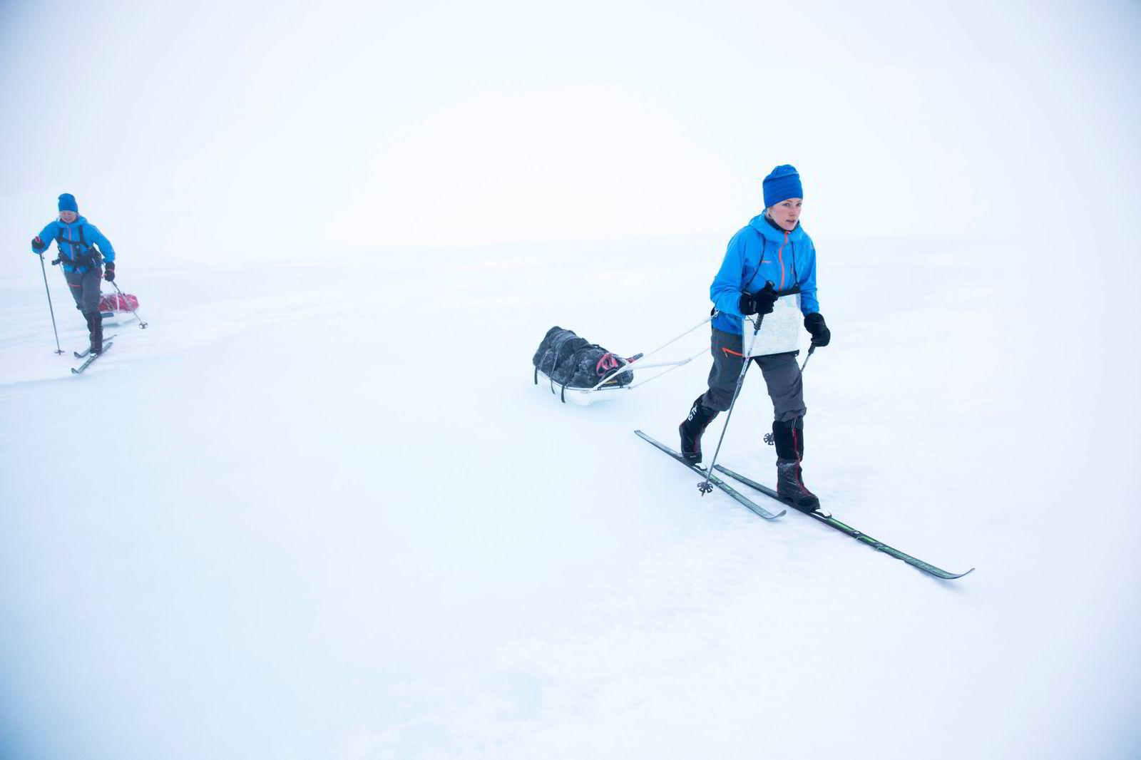 Ingeborg Kristine Lind, til venstre, og Line Sogn Plassen legger ut på treningstur på Hardangervidda i dårlig sikt og lite snø.