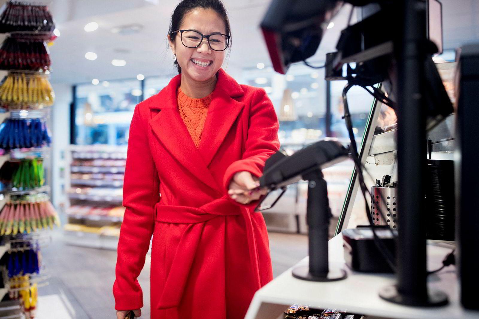 Anh Thi (27) betaler med bankkort og pin-kode til tross for at hun kan bruke mobilbetaling i stedet. Hun synes – som de fleste nordmenn – at det ikke er behov for å betale på andre måter.