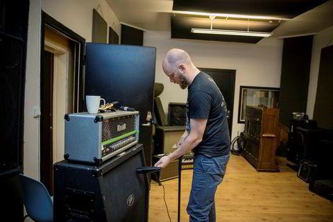 Daglig leder Bjørnar Erevik Nilsen mikker opp en høyttaler i det tilhørende platestudioet.