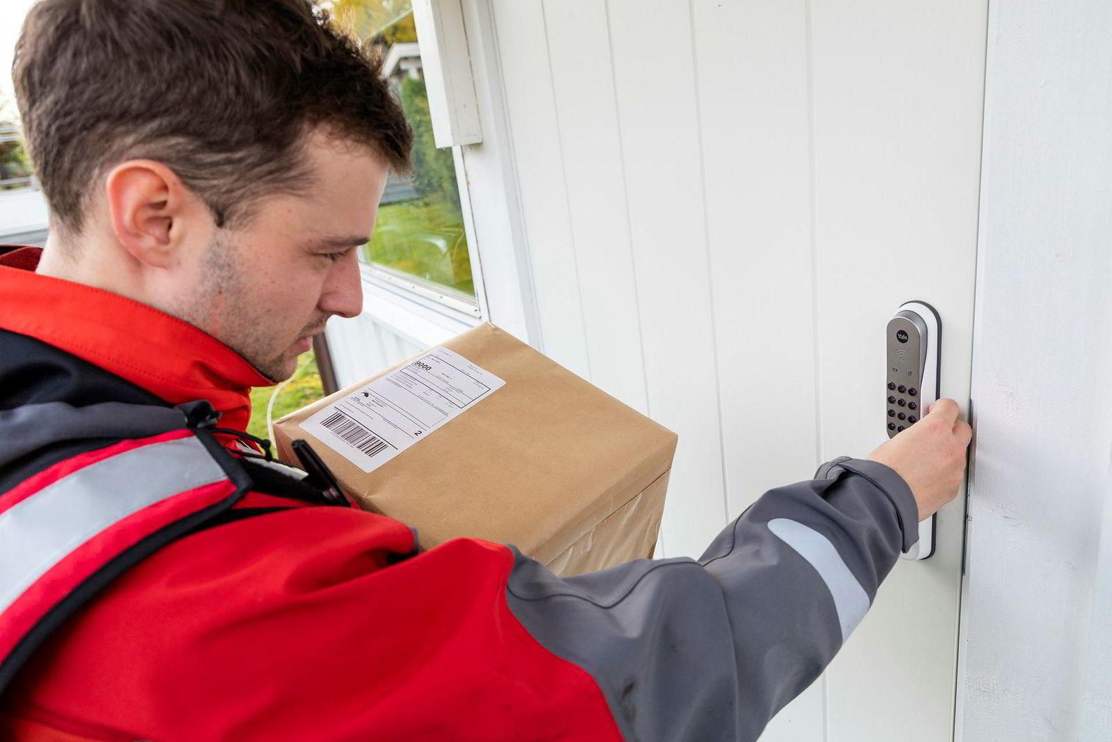 Tilbudet er foreløpig bare tilgjengelig om man har digital dørlås eller nøkkelskap med kode. Her leverer postbud Pål Gunnar Molland en pakke innenfor døren til kunden.