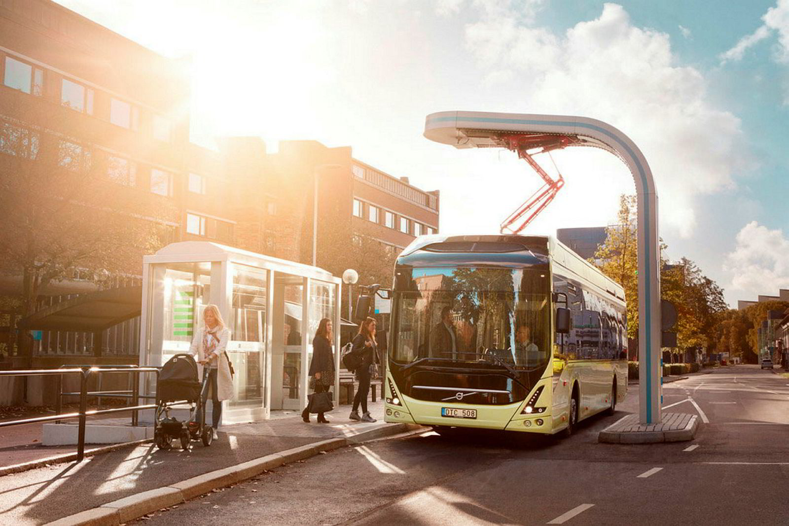 Siemens ladestasjon. I rushtiden vil det i fremtiden bli brukt mye strøm når flere av oss benytter elbiler og elbusser på veiene. Her viser Siemens og Volvo hvordan busser i fremtiden kan lades via en pantograf på bussholdeplassen.