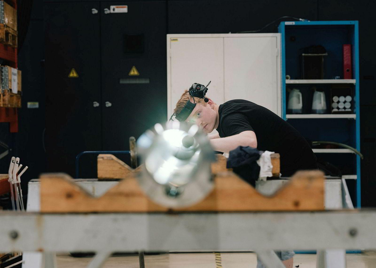 Mekaniker og CNC-operatør Atle Grødem (21) har jobbet i GMV siden 2016, da han begynte i lære. Han opplevde at ingen ville ansette lærlinger under krisen og tok heller et år ekstra på skole. Han mener fremtiden ser lysere ut. Foto: Tommy Ellingsen