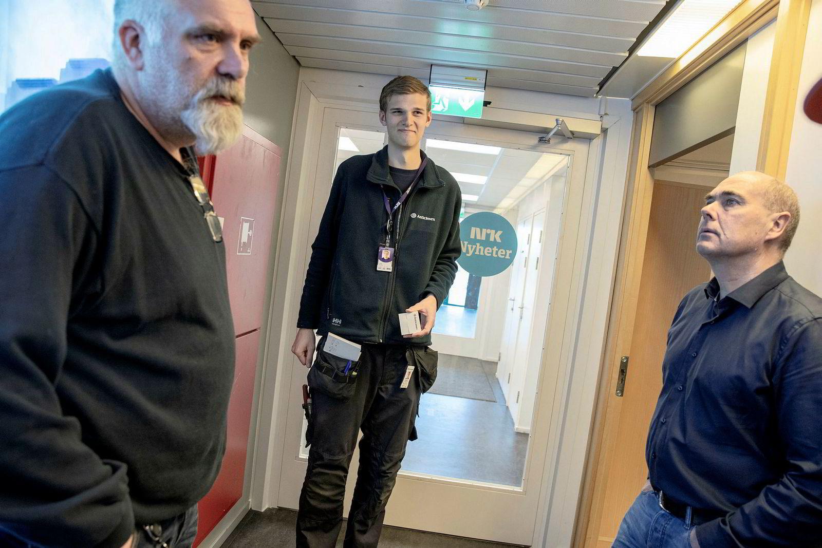 – Programlederne fortalte hva de hadde sett. De ble nervøse, forteller Trond Sverre Pedersen (til venstre) om oppdagelsen som fikk alarmen til å gå på Marienlyst. Til høyre står leder for eiendom fellestjenester Ole Kjærsgaard i NRK. I midten står skadedyrtekniker Erik Linge i Anticimex.