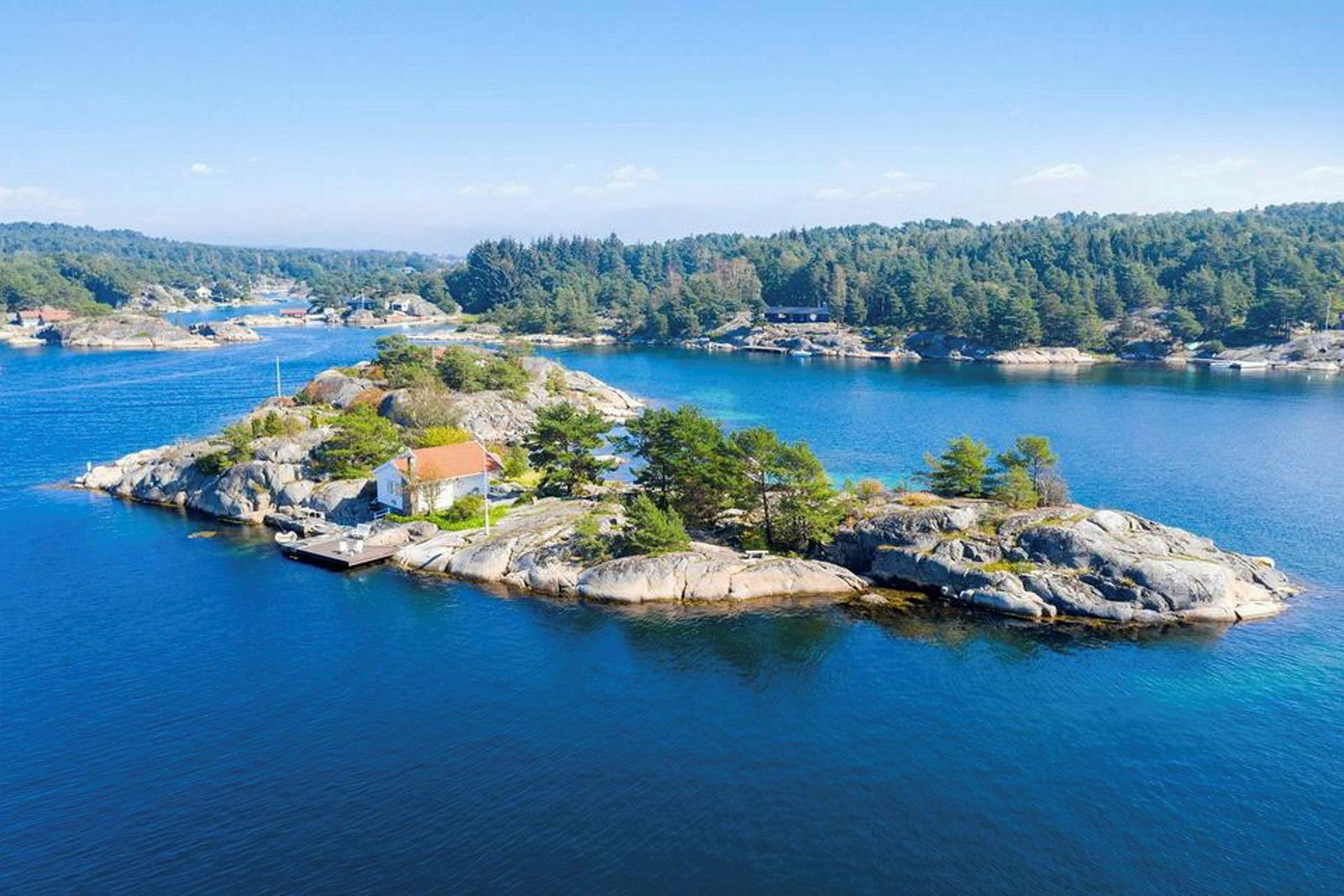 Holmen i Blindleia som nå er solgt etter en heftig budrunde er nærmeste nabo til Haraldsholmen som satte prisrekord da den for over 20 år siden ble solgt til norskamerikaneren Bjørn Krogh Borgen.