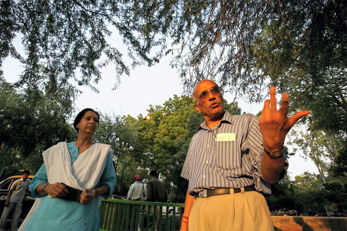 UTEN STRØM. Ekteparet Ashok og Savila Pahwa rusler i Lodi Gardens i New Delhi. I huset er det for varmt - og middagen kan ikke tilberedes. Strømmen har gått - nok en gang.