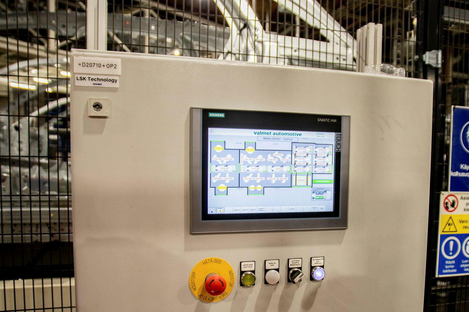 Overvåkningen av produksjonen som blir gjort av brukergrensesnitt-panelet for kontrollsystemet basert på Siemens' TIA-portal er essensiell for å raskt få rettet opp feil i produksjonen.
