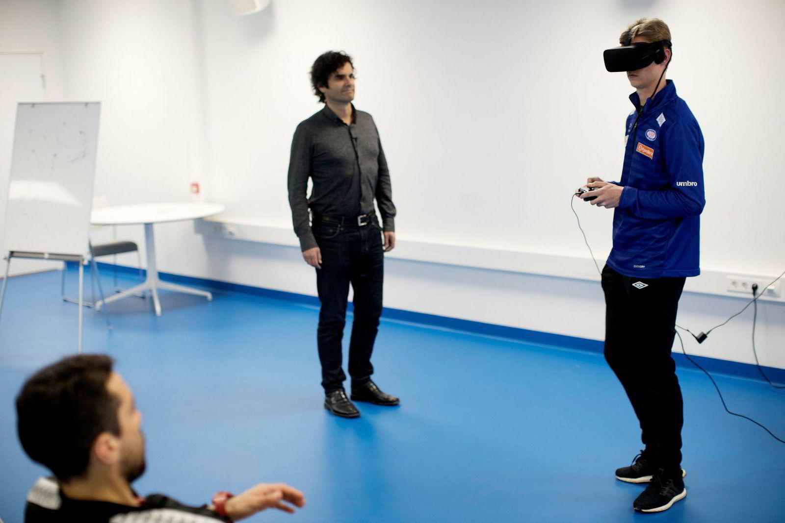 Teknikktrener Enrique Paez (fra venstre) og gründer Odd Skarheim følger med når Sakarias Opsahl fra Vålerengas juniorlag tester «Be you Best».