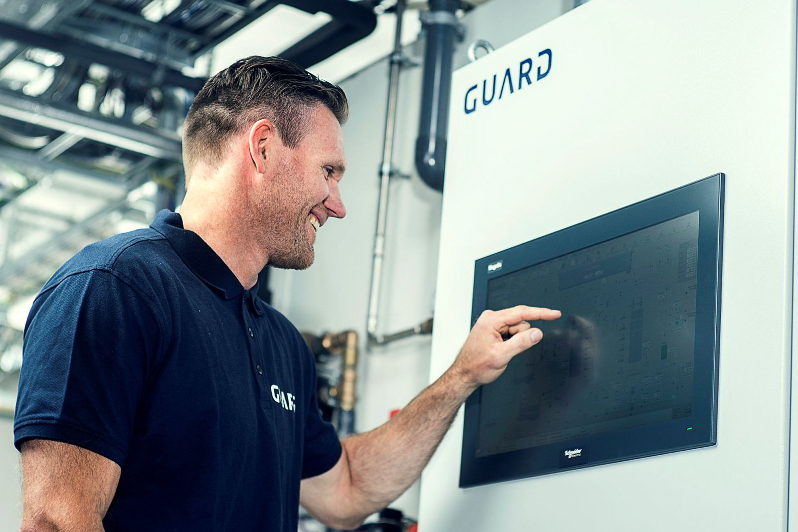 Jon Egil Ek er prosjektleder i Guard Automation og viser her hvordan alle tekniske systemer er digitalisert og samkjørt.