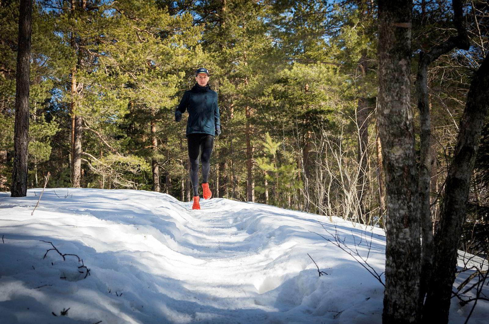 Sist vinter løp Smedsrød hele vinteren på opptråkkede stier i Lillomarka. I år har han variert øktene langt mer og kjørt en del av øktene på tredemølle for å bedre løpesteget. Og nå er forholdene preget av mye snø i skogene rundt Oslo.