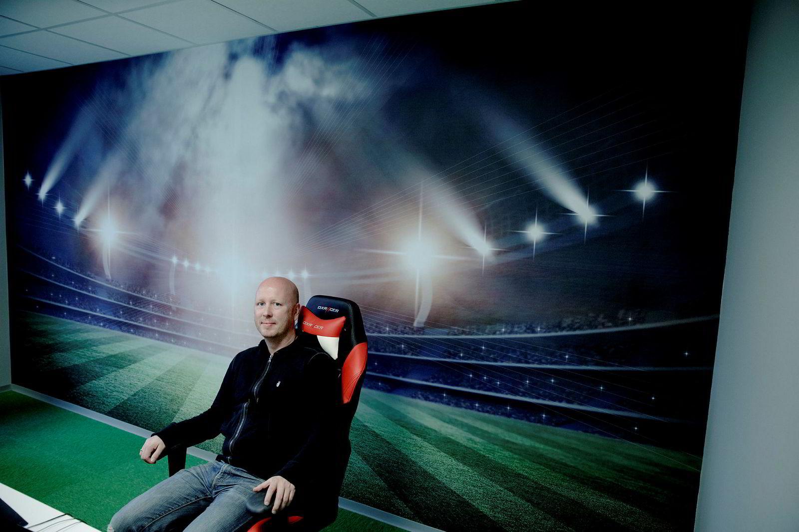 Christer Nordvik og broren startet selskapet NorApps sammen og har nå fem millioner brukere av sin app for fotballinformasjon. Her fra selskapets lokaler på Kokstad utenfor Bergen sentrum.