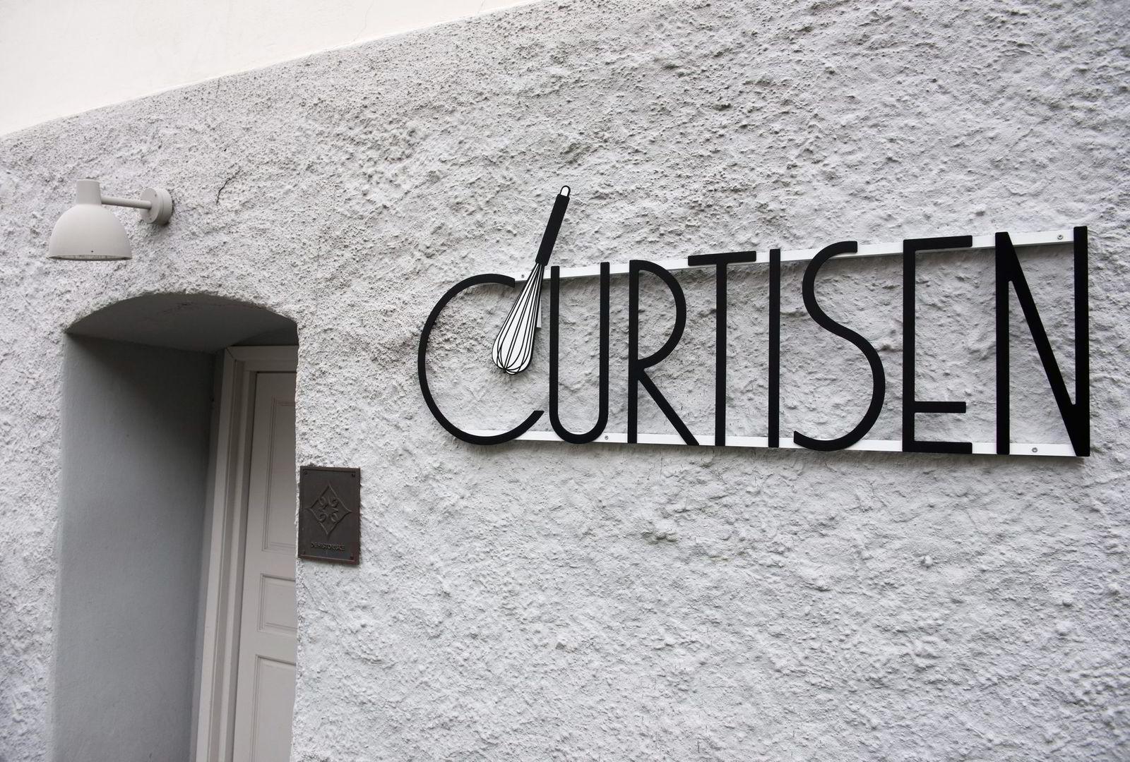 I denne gamle bygningen på festningen har Knut Johansen sikret driften av restauranten Curtisen.