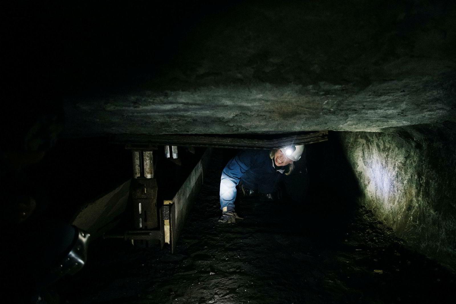 Geolog Siri Bjørkesett i Idemitsu tester hvordan det er å jobbe som gruvearbeider.