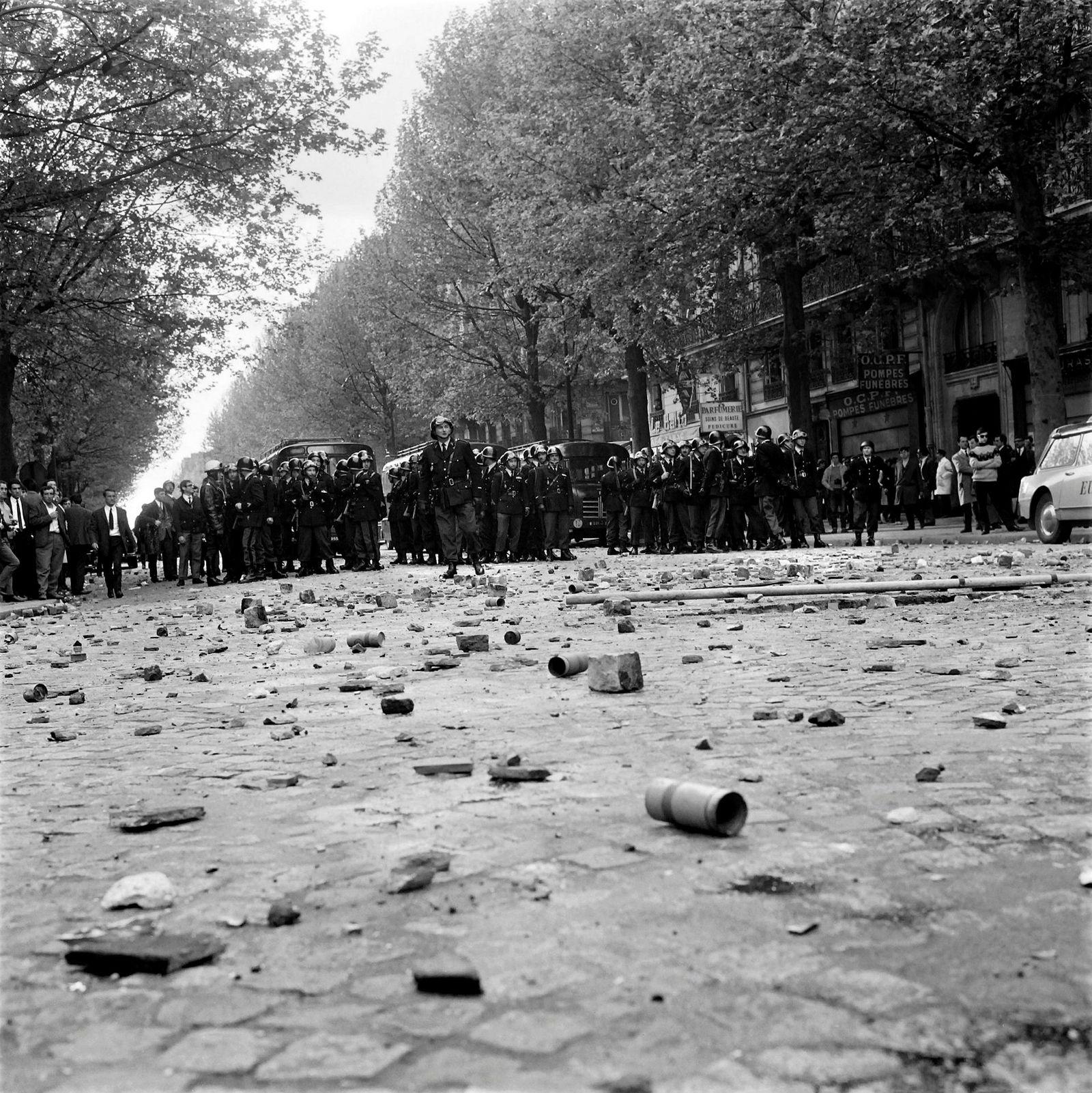 Politiet har tatt oppstilling på Boulevard Saint-Germain.