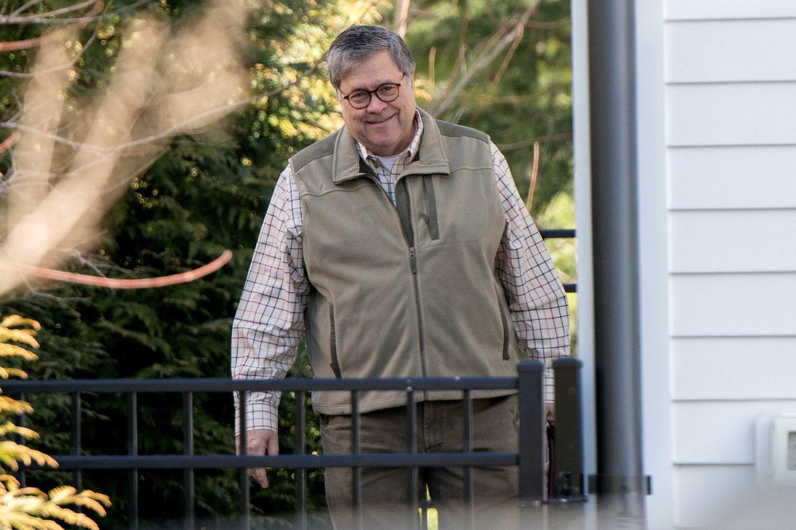 Justisminister William Barr på vei til kontoret søndag morgen. Søndag kveld legger han frem hovedpunktene i Mueller-rapporten til lederne i Kongressen.