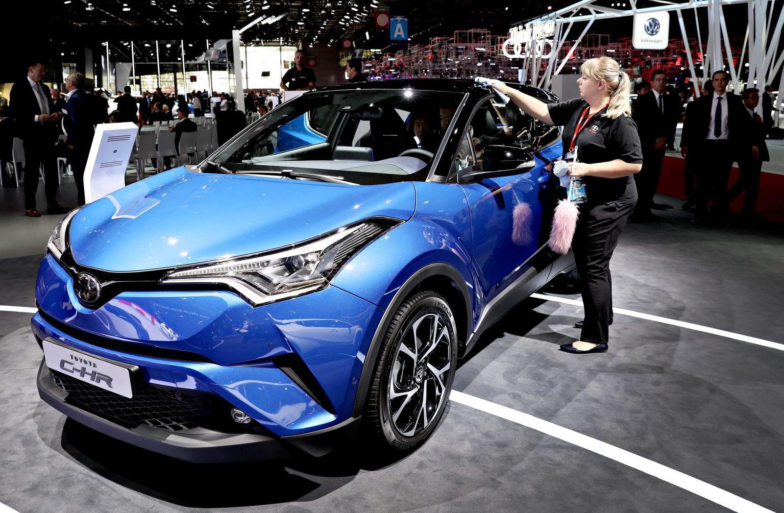 Toyota avventer å lage en ren elbil. Men satser videre på hybrid- og hydrogenløsninger. Hybridcrossoveren CHR lanseres i januar, prisene er klare 1. november.