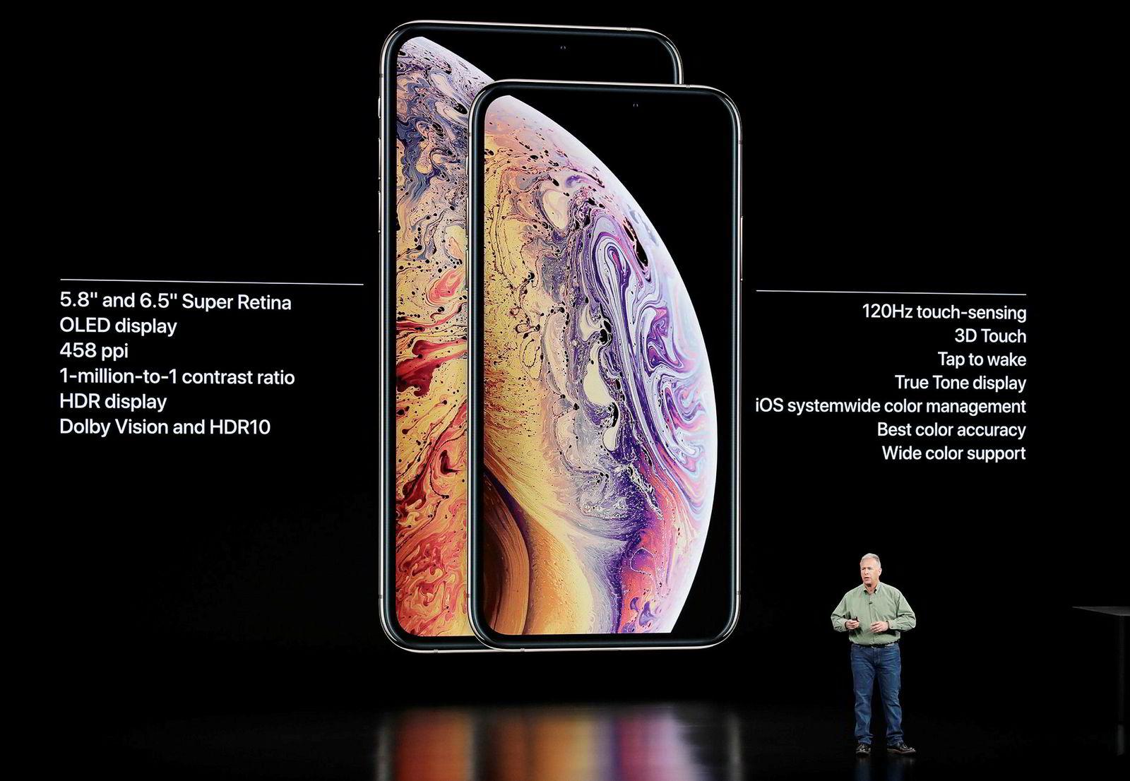 Markedsdirektør Phil Schiller i Apple vise de nye XS-modellene for første gang.