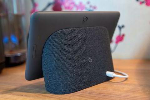 Google Nest Hubs høyttaler sitter i basen. På toppen ser vi knappen som deaktiverer mikrofonen.