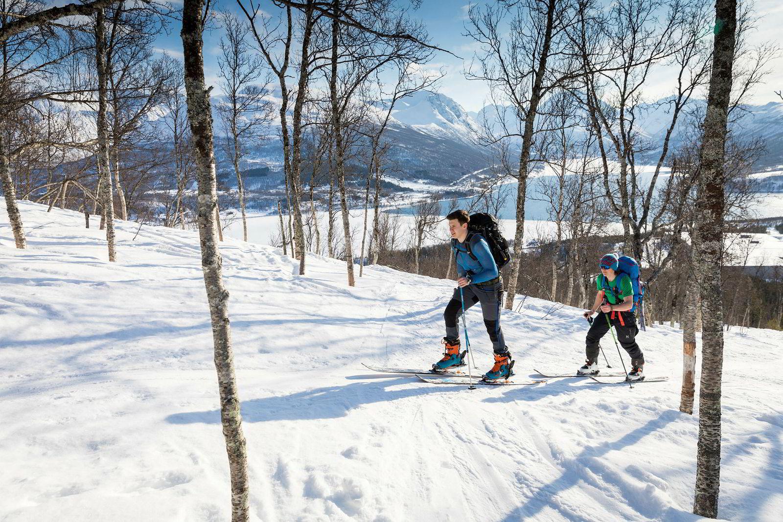 Chris Feidal (21) og Filip Andre Ishoel (22) er ofte på topptur i Tromsø-området også i hverdagene. Her er de to på vei opp til Tromsdalstinden.