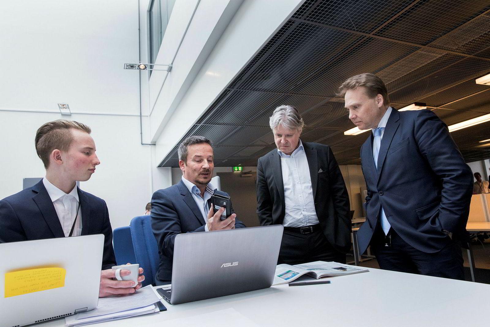 Gründerne Eirik Larsen (fra venstre) og Rich Larsen snakker med toppsjef Casper von Koskull og banksjef i Norge John Sætre i Nordea på gründersenteret The Factory på Telenor Arena.