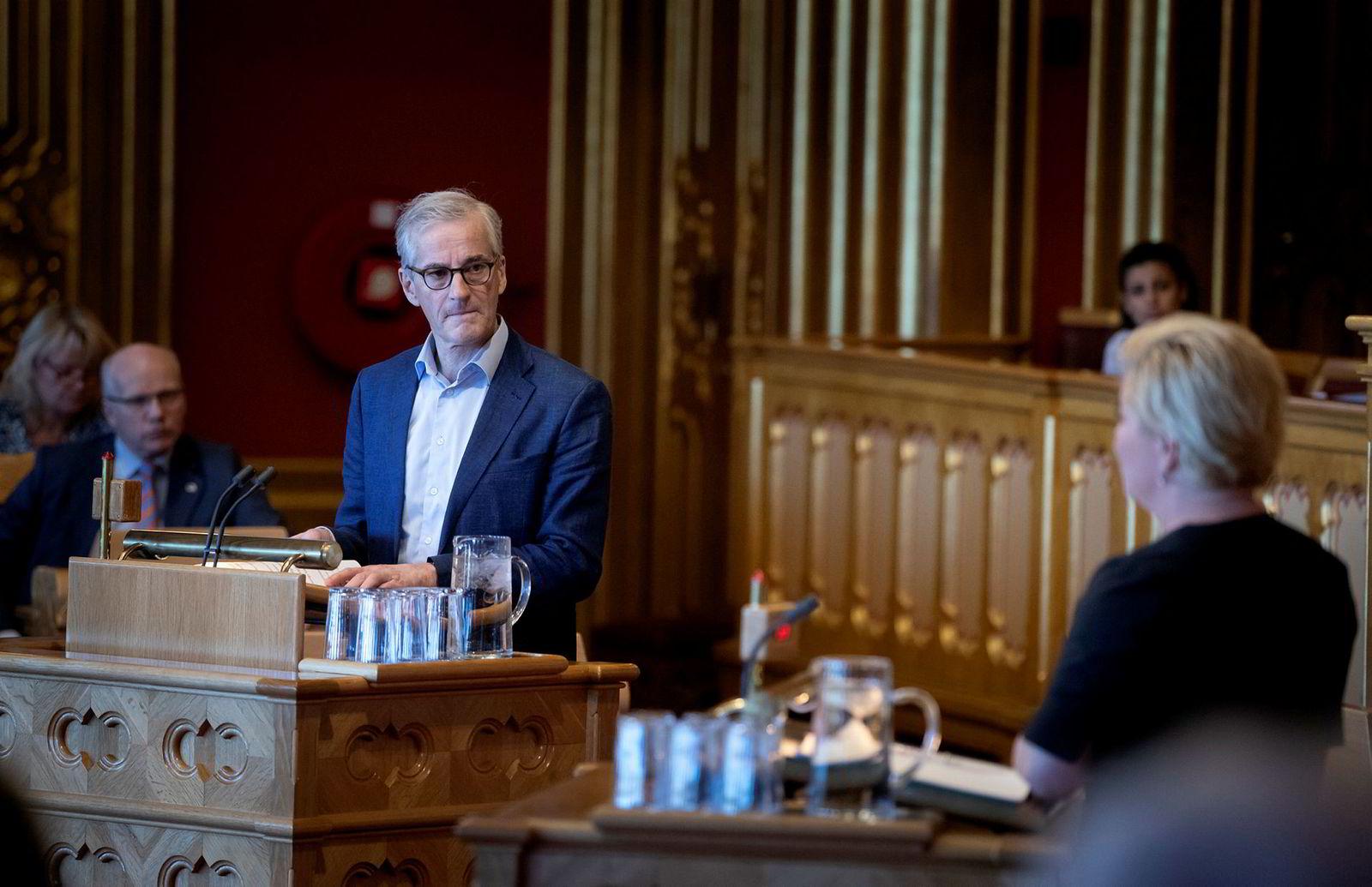 Ap-leder Jonas Gahr Støre reagerer på håndteringen fra regjeringen. Her fra da han utspurte finansminister Siv Jensen om bompenger.