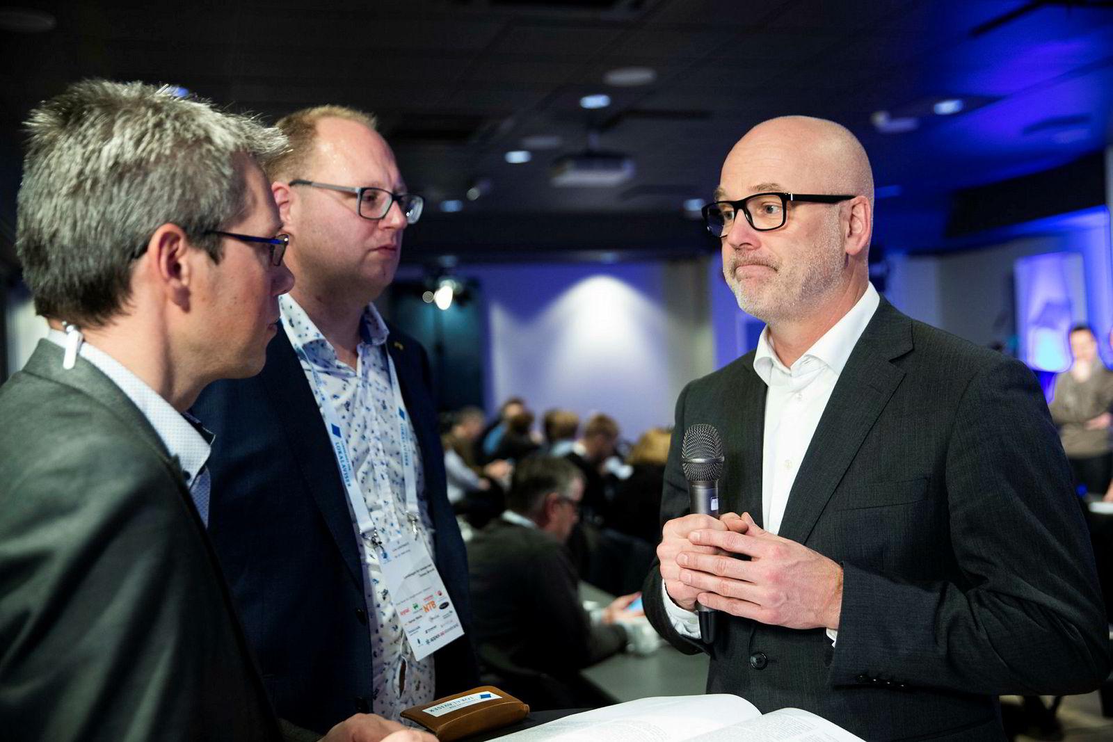 NRK-sjef Thor Gjermund Eriksen (t.h.) blir intervjuet på Landslaget for lokalaviser (LLA) sitt landsmøte i Drammen fredag. Styreleder Thomas Bruvik (midten) i LLA følger med.