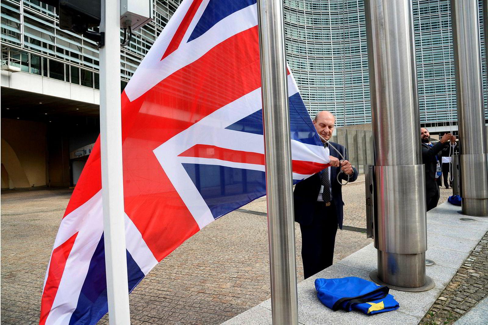 28. juni 2016: Under en uke etter brexit-avgjørelsen firer et medlem av Europakommisjonen det britiske flagget under en samling i Brussel. Fra EUs ståsted er det viktig at britene ikke får en bedre avtale utenfor EU. Britiske myndigheter er opptatt av styrket suverenitet og vise at de ikke vil være ettergivende i forhandlingene.