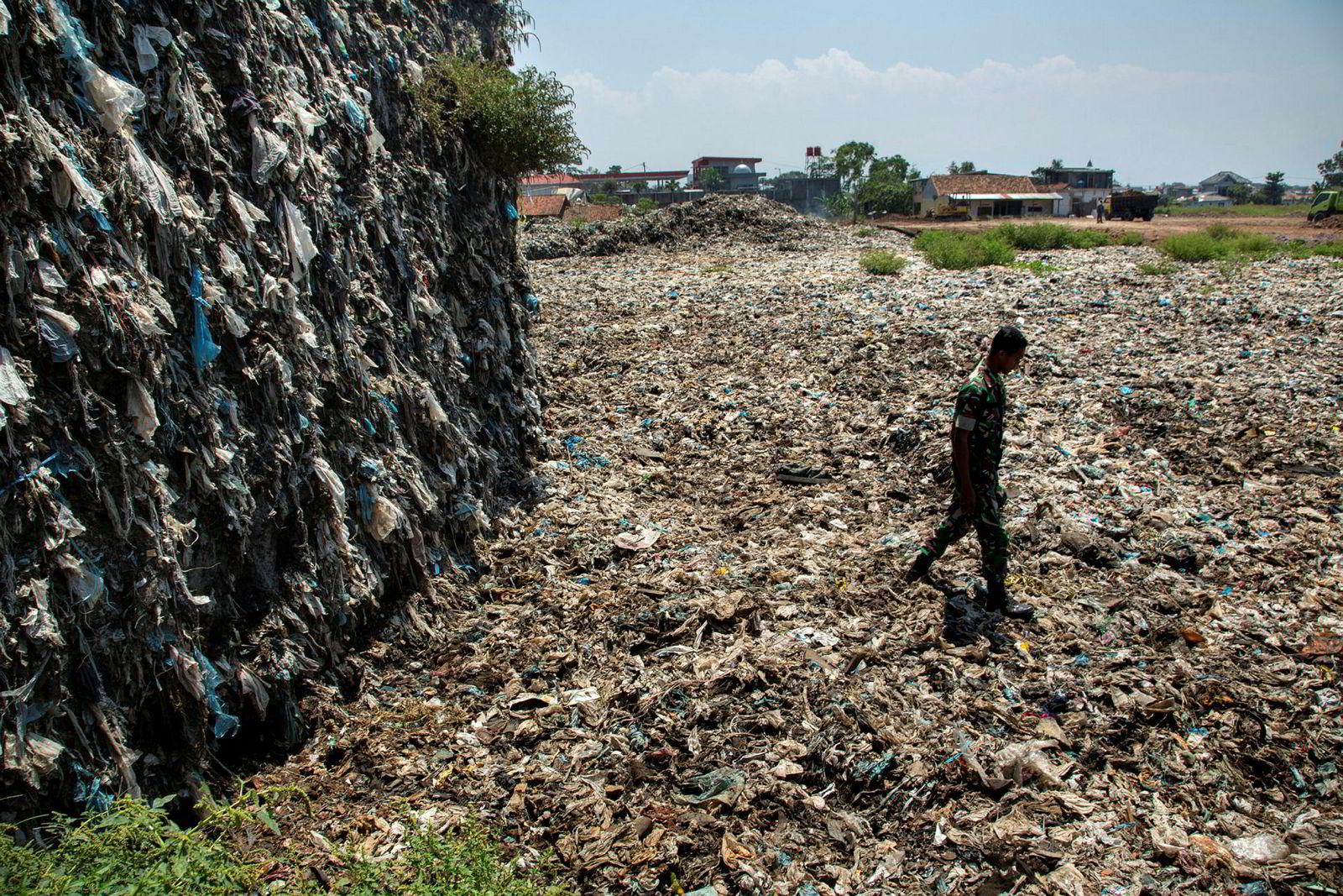 20 års arbeid med å hente plastavfall ut av Citarum-elven har resultert i et enormt søppelberg. Avfallet passes på av den indonesiske hæren.