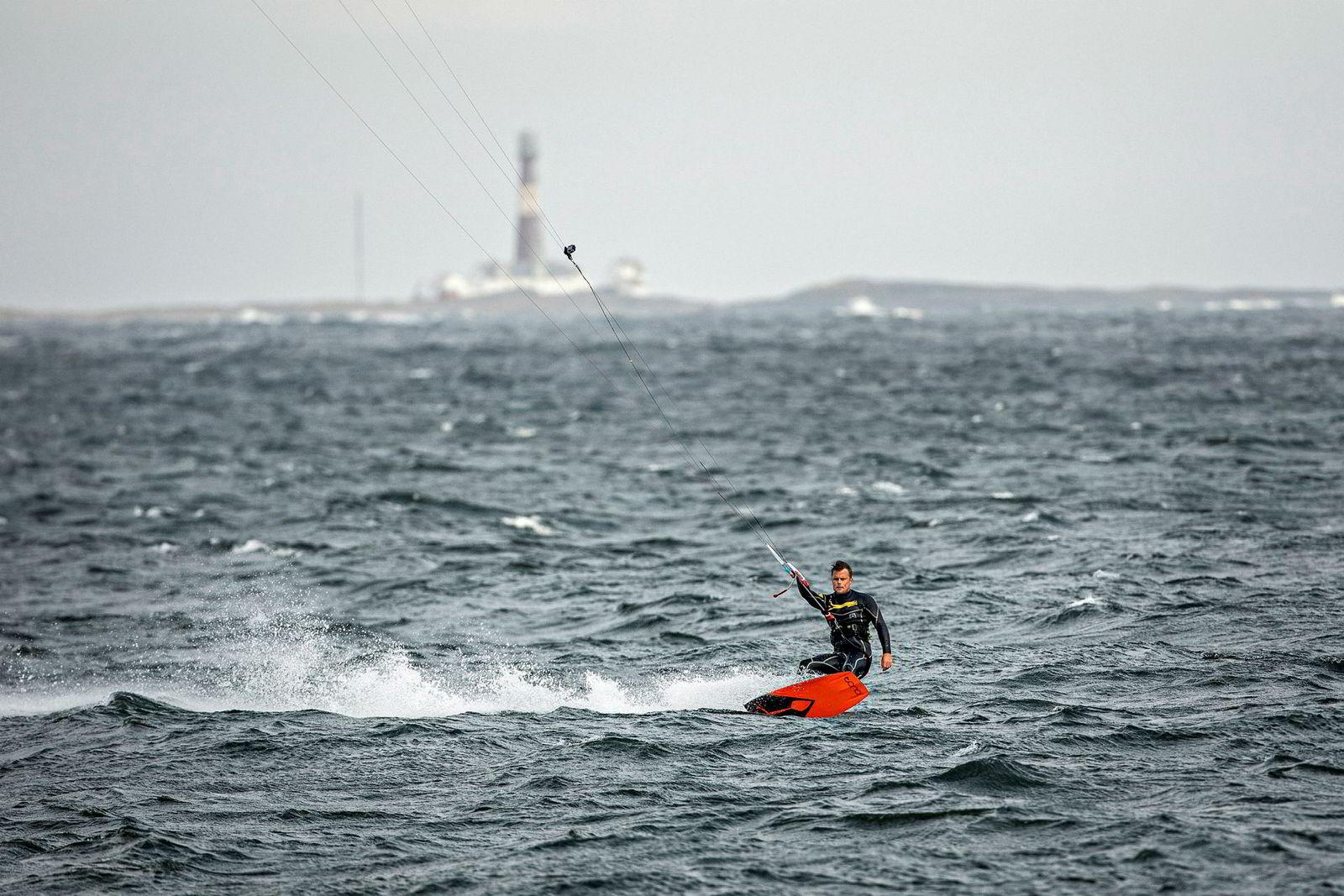 Utenfor Hvasser er landemerket Færder Fyr siste stopp før Skagerak åpner seg opp mot Danmark sørover. Rakfjord har kitet rundt fyret, men anbefaler følgebåt og meget stabil værmelding.