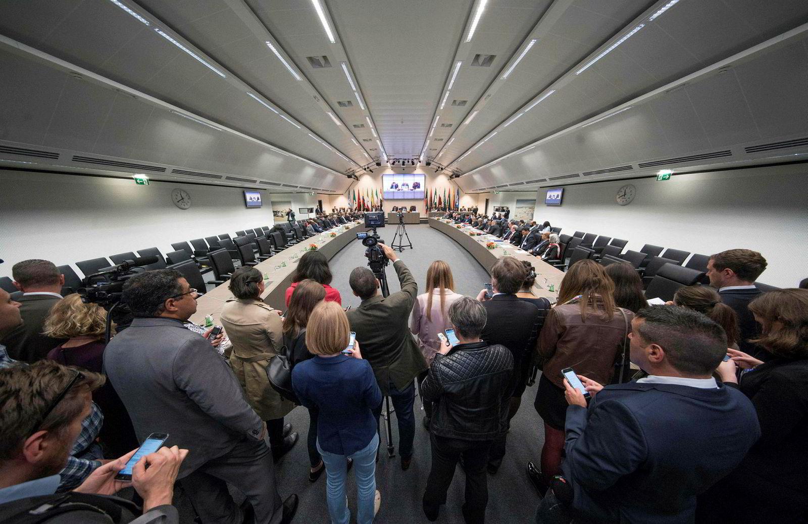 Spenningen er stor foran ukens møte mellom de 24 landene som har inngått avtalen om kutt i oljeproduksjonen. Bildet er fra et møte i Opec-hovedkvarteret i Wien tidligere i år.