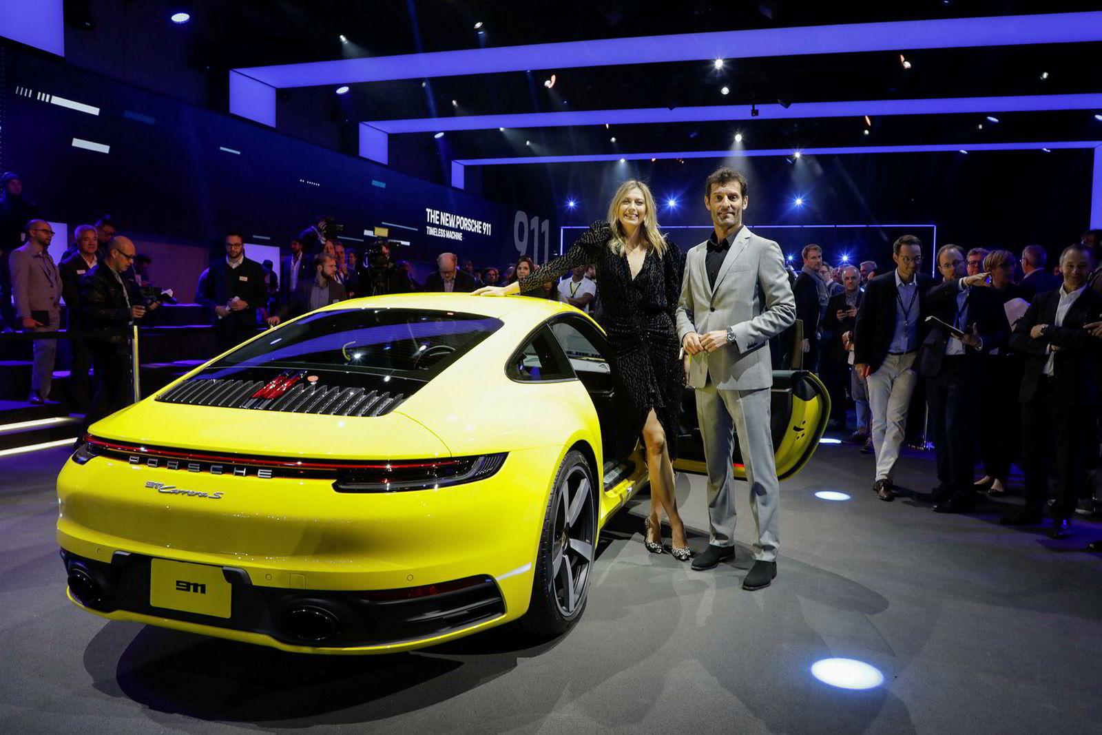 Tennisstjernen Marija Sjarapova og den tidligere formel-1-føreren Mark Webber deltok under avdukningen.
