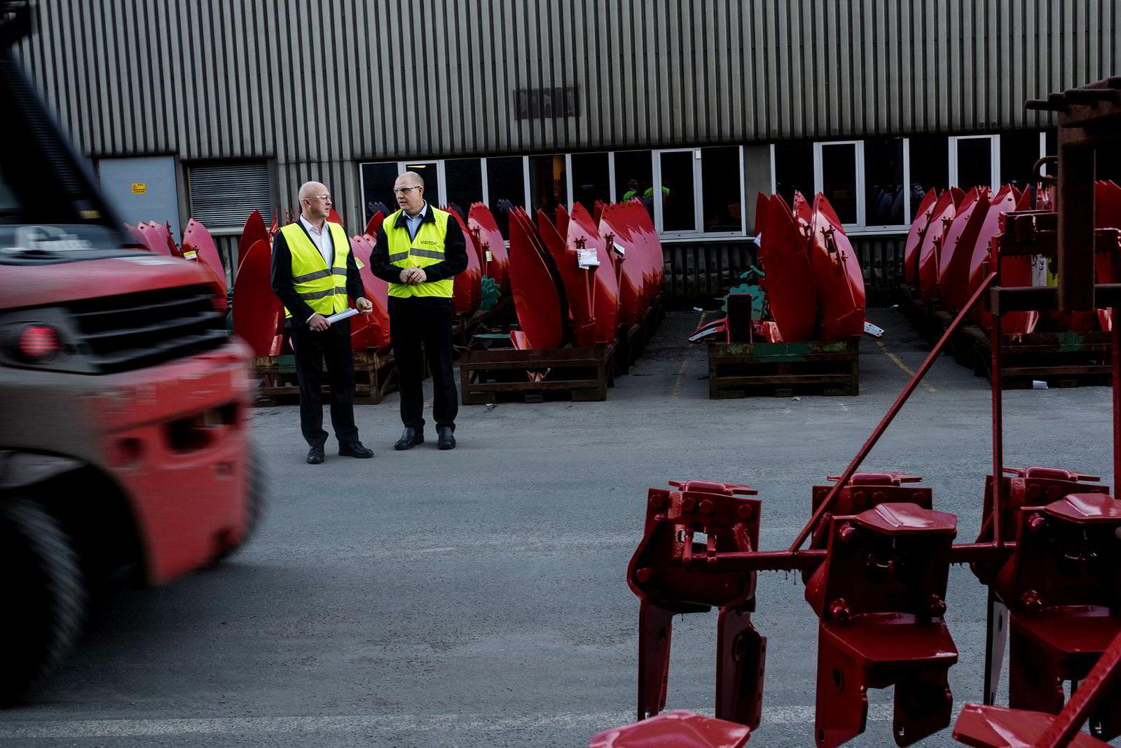 Administrerende direktør i Kverneland Group Magne Svendsen (til venstre) og produksjonsdirektør John Karstein Tønnessen ser på de ferdige plogene som skal sendes til kunder. Selskapet kjøper nå tilbake sin egen fabrikk.