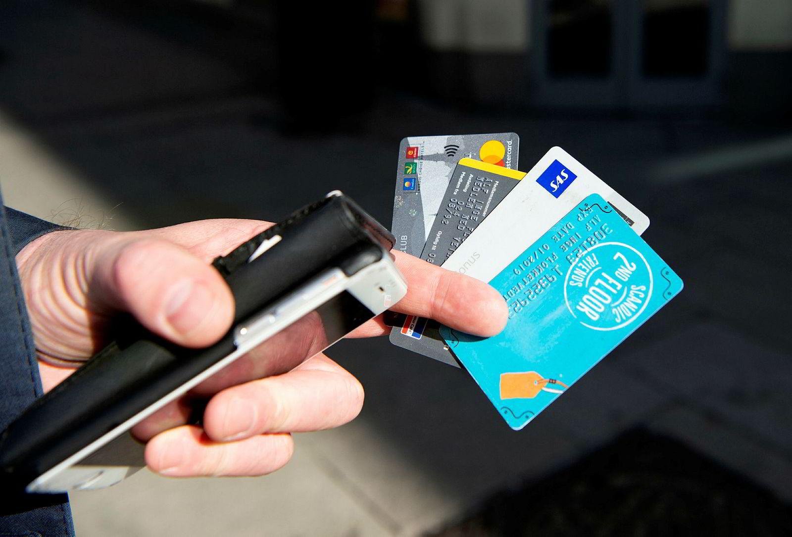 Alf Inge Flokketvedt viser et knippe av sine medlemskort som han gjerne vil ha i en app istedenfor i lommeboken.