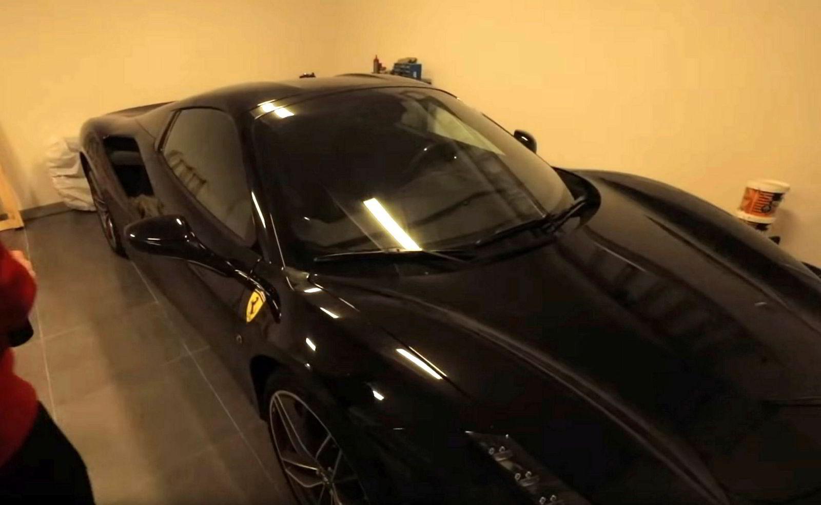 Walkers nye bil i garasjen.