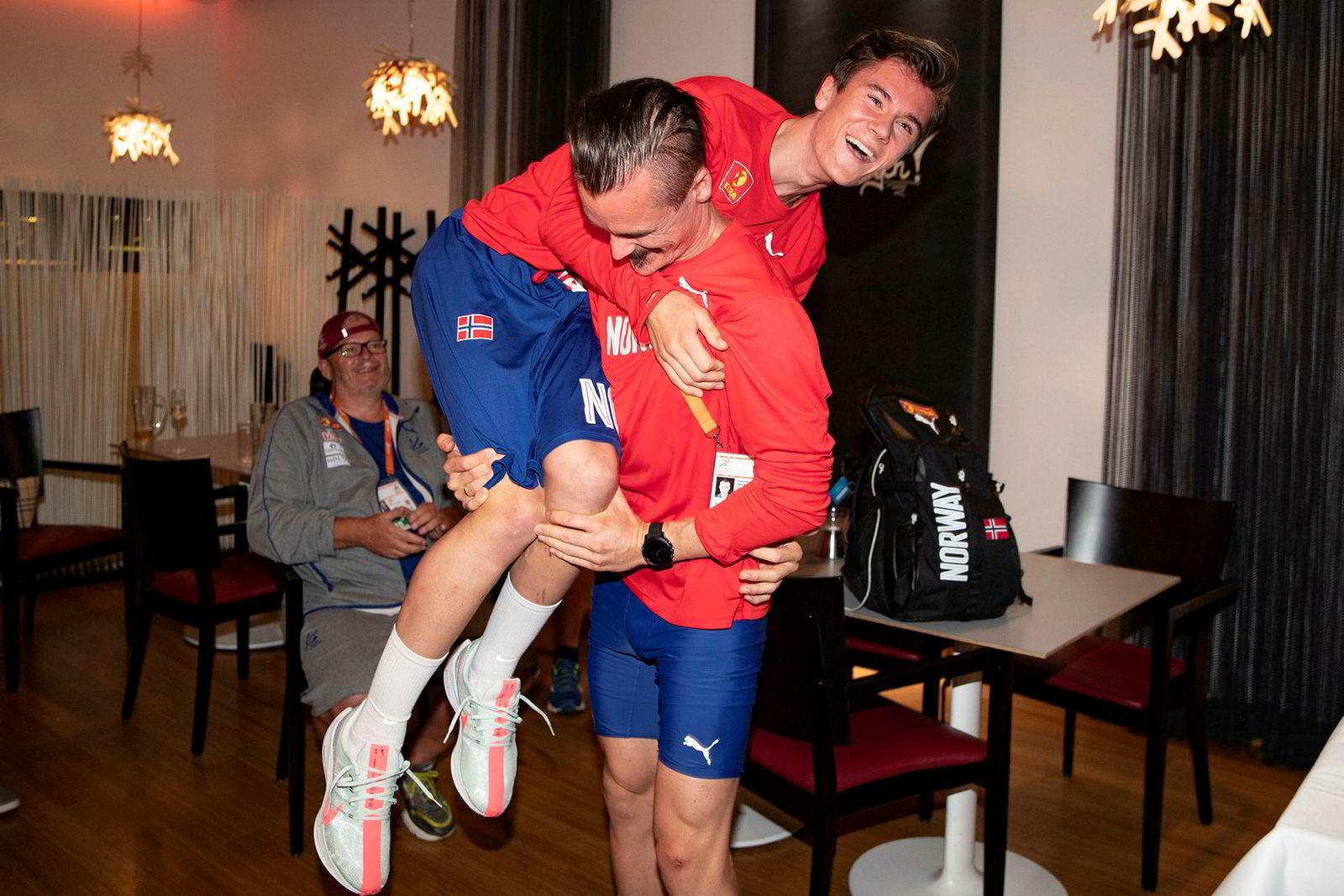 Jakob og Henrik Ingebrigtsen under seiersfesten på utøverhotellet i Berlin etter å ha vunnet gull og sølv på 5000-meteren i EM.