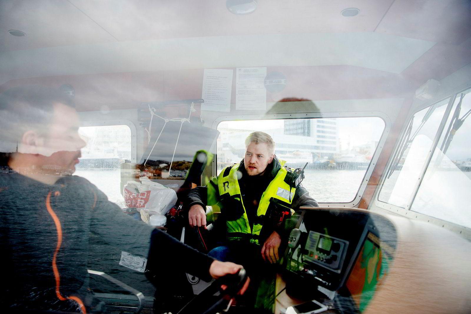 Daglig leder i Folden Akva, Kristian Kristensen, til høyre, samtaler med røkter Peder Sjøstrand i Lofoten sjøprodukter på vei ut fra Bodø.
