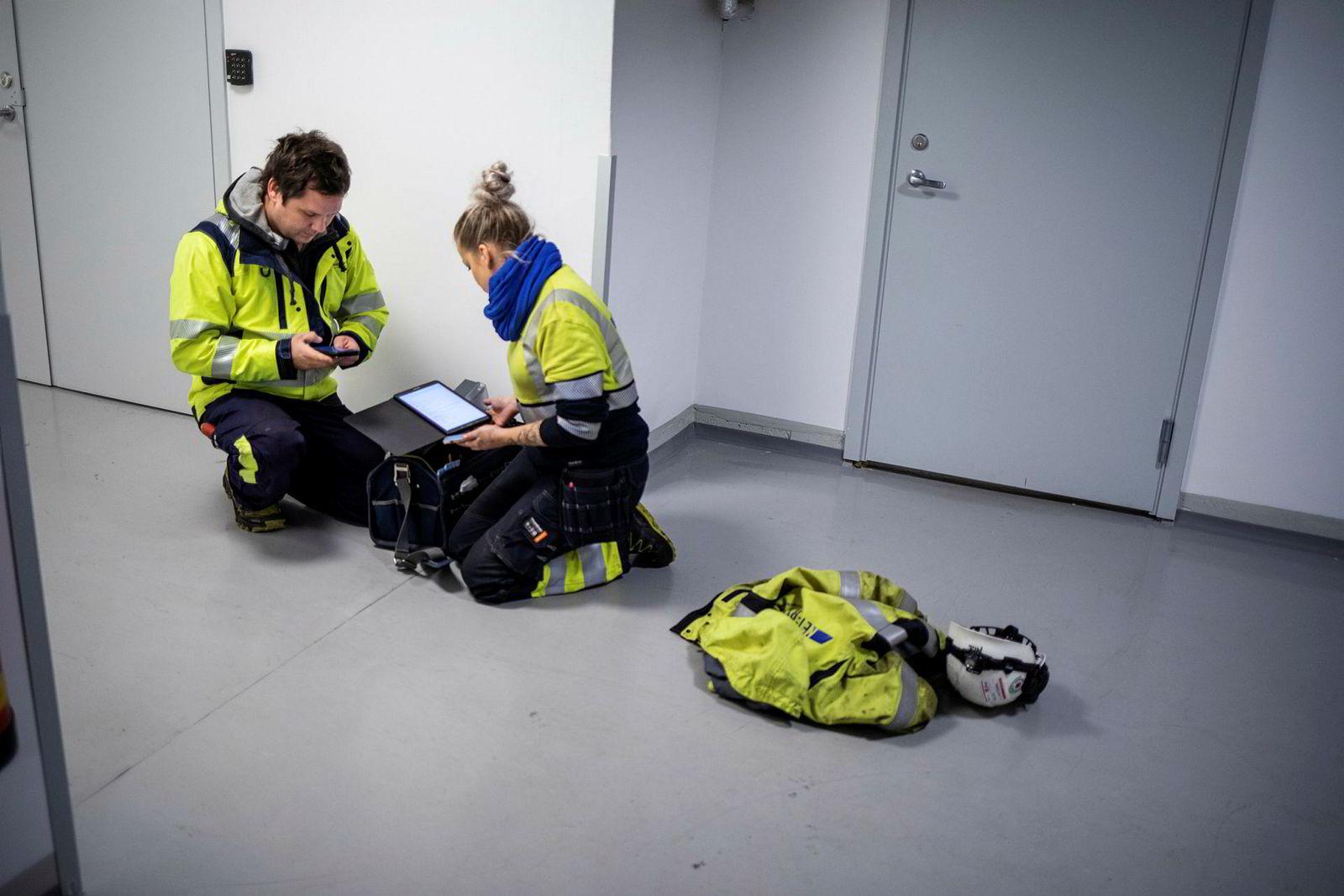 Robin Gustavsen fra smartservice og Camilla Winger Jacobsen fra Nettservice sammarbeider om å bytte målere i Høyres hus. Tegninger og faktiske dører var ikke helt i samsvar. Det ble litt detektivarbeid for å komme til strømmåleren som skal byttes.