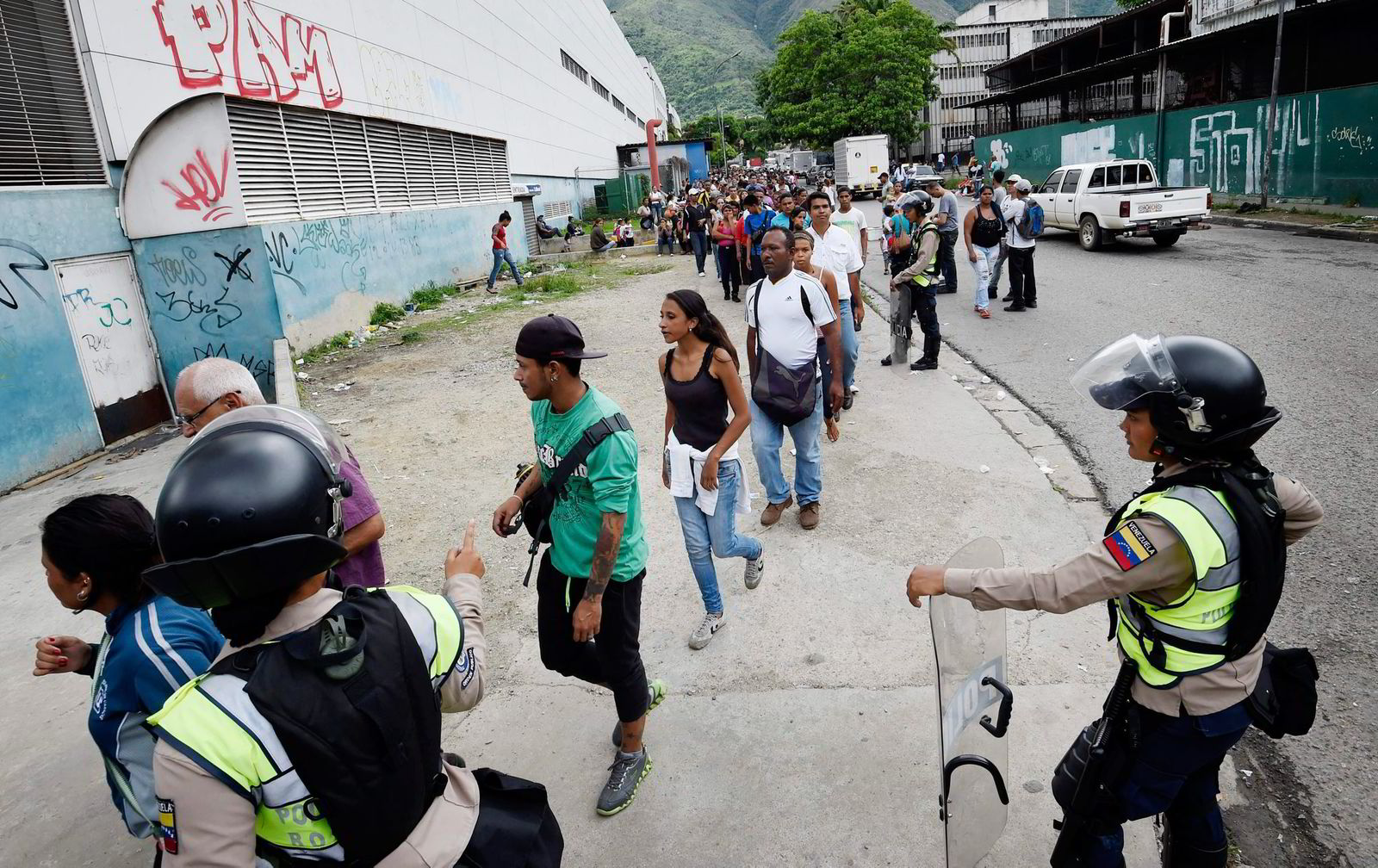 Over 70 prosent av Venezuelas befolkning lever i dag under fattigdomsgrensen. Bildet er fra en matkø i Caracas. FOTO: Juan Barreto/AFP/NTB Scanpix