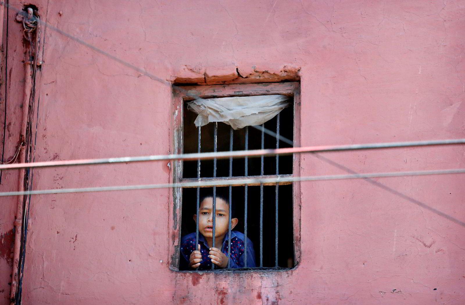 India har registrert 775 koronasmittede og 19 dødsfall, men det er frykt for ukontrollert spredning blant millioner av mennesker som bor i fattige og trange omgivelser. Her fra gamlebyen i Delhi fredag. En fjerdedel av befolkningen i India lever under fattigdomsgrensen. Mer enn en million mennesker regnes som hjemløse.